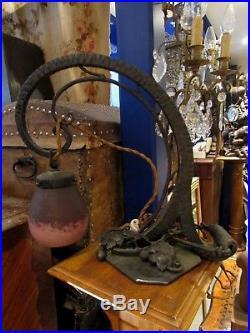Ancienne lampe de bureau art deco 1930 fer forgé martelé tulipe pate de verre