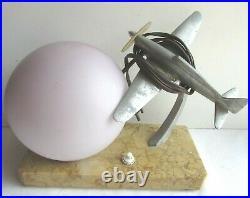 Lampe de table Art Déco, Avion aluminium et tulipe boule sur terrasse en marbre